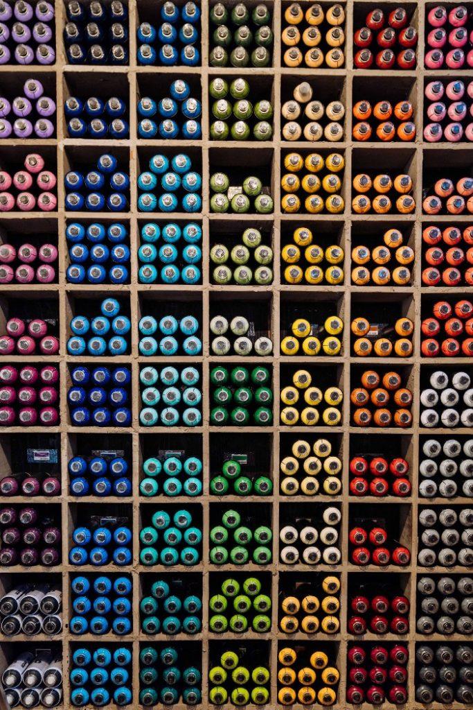 lot de contenants par couleurs assorties. Métaphore sur l'architecture pour des projets node.js